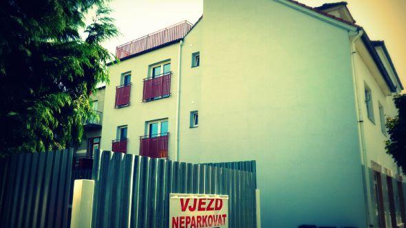 Fotografie domu s dostavbou